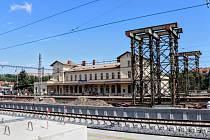 Ve stanici Praha-Vršovice vyrůstá provizorní lávka, která umožní přístup na všechna nástupiště přímo od budovy. Zprovozněna bude 22. června 2020.