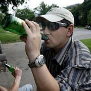 KARLOVO NÁMĚSTÍ: Slunce 2. července pálilo a muži na lavičkách přivítali ochlazení pivem.