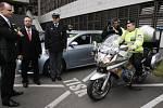 NOVÁ AUTA PRO PRAHU. Ve čtvrtek dostali pražští policisté dárek - přes šedesát procent vozového parku bude zářit novotou.