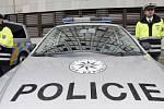 NOVÁ AUTA PRO PRAHU. Na snímku policista předvádí vybavení vozu Volkswagen určený pro oddělení dálniční dopravní policie.