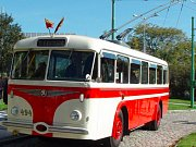Trolejbusy jezdí po Praze už rok. Nyní sveze cestující historický trolejbus 8Tr ev. č. 494.
