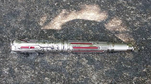 Potápěči lovili z Vltavy vzácné pero z limitované edice.