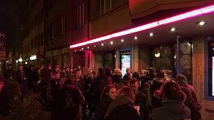 Na Žižkovské noci si lidé užili divadlo i koncerty