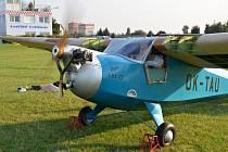 Historický letoun Praga E 114 Baby na letňanském letišti.
