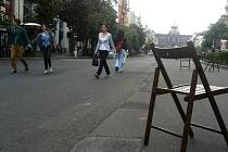 STAČILO pár židliček a lidé ihned vstoupili do pěší zóny, kterou jinak nevnímají.