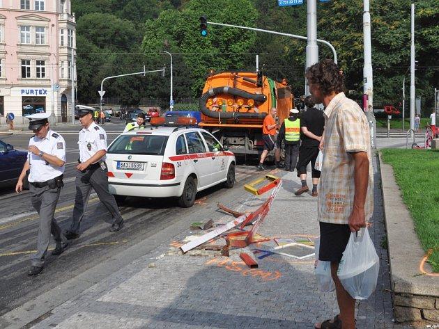 Mladý šofér bavoráku boural na náměstí Kinských, kde krátce po půl páté najel do zastávky autobusů městské hromadné dopravy.