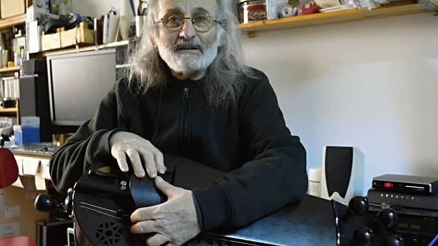Pouliční umělec, hráč na starověké etnické nástroje Jiří Wehle s jednou ze svých niněr. Svou sbírku nástrojů čítající desítky různých kusů má v plánu brzy opět rozšířit.