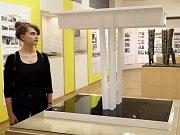 Výstava v Národním technickém muzeu pojednává o historii stavby Nuselského mostu. Na výstavu se přišla podívat i slečna Anna (na snímku).