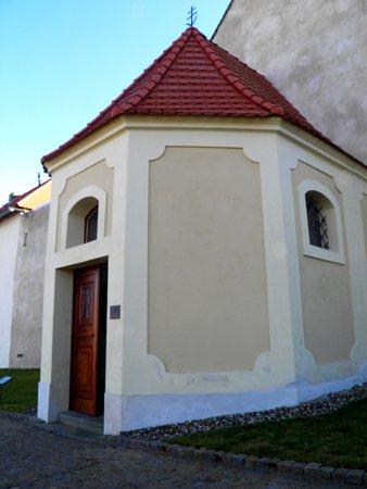 Kaple svaté Ludmily a Marty zroku 1712se stala slavnou. VPřední Kopanině vní totiž otevřeli nejmenší muzeum ve střední Evropě.