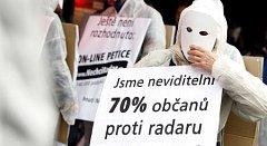 V Praze na Národní třídě se sešli stoupenci občanského sdružení Nenásilí, aby vyjádřili nesouhlas s výstavou radarové základny v Brdech.
