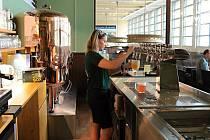 Stoupají také ceny piva, například za Plzeňský Prazdroj si lidé na půllitr od začátku října připlatí téměř 50 haléřů.