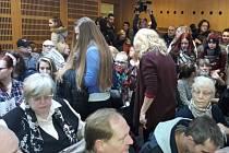 Kvůli stálému vyrušování kritiků studentky a odpůrců islámu soudkyně veřejnost po hodině jednání vykázala. V levém rohu snímku ze soudní síně je politička Jana Volfová, která se na jednání přišla podívat.