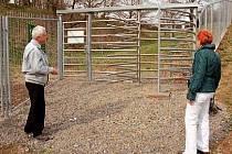 Také tato dvojice na snímku počítala s tím, že bude moci projít. Dokud si však nepořídí permanentky mají smůlu, Botanická zahrada v Troji areál uzavřela.