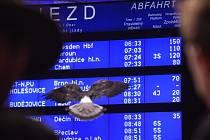 Kvůli poruše trakčního vedení vlaky 17. listopadu na pražském hlavní nádraží nabíraly zpoždění.