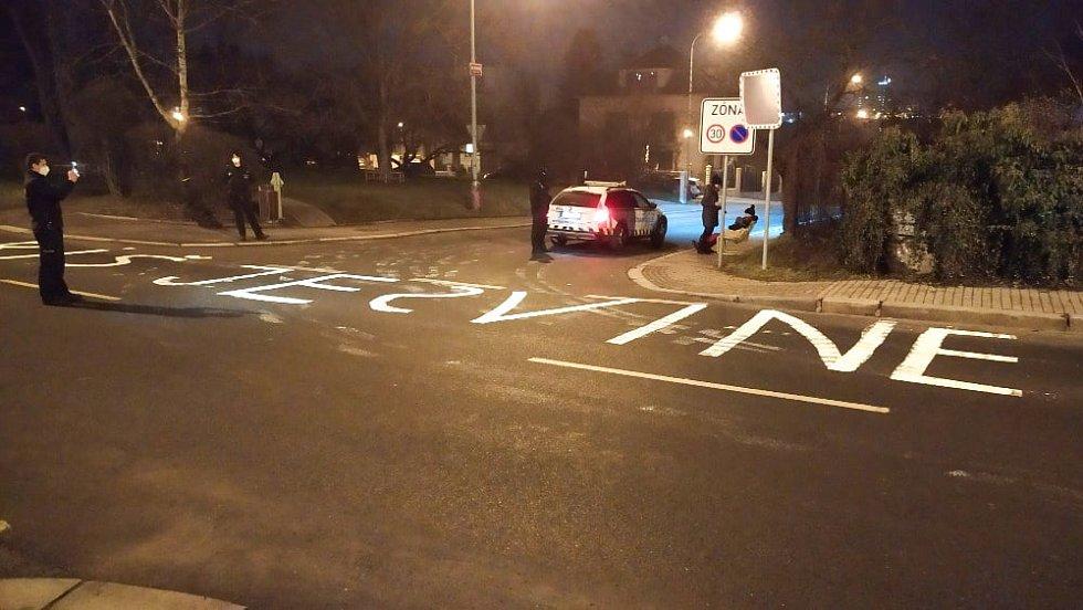 Pražští strážníci zadrželi muže, který vytvořil hanlivý nápis v jízdním pruhu vozovky.