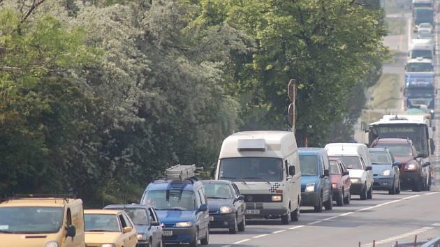Kolona v Uhříněvsi. Ilustrační foto.