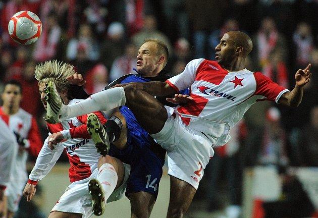 Mickäel Tavares v zápase Slavie proti Hamburku, kam nakonec z Prahy také zamířil.