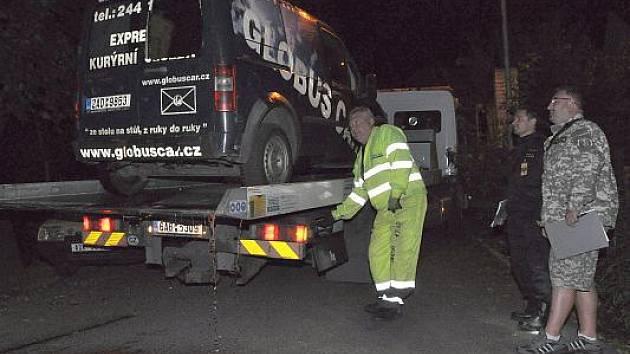 V úterý večer byli pražští hasiči přivoláni k požáru dodávky v Praze 4, ve které objevili mrtvolu neznámého muže.