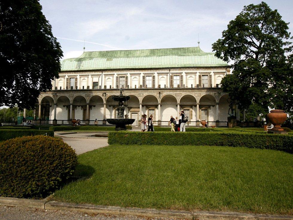 Královská zahrada před Míčovnou.