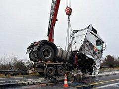 Kamion na D11 před Prahou najel na betonová svodidla.