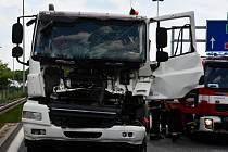 Střet dvou nákladních vozů komplikoval dopravu u pražského letiště, jednoho z řidičů vyprošťovali hasiči.