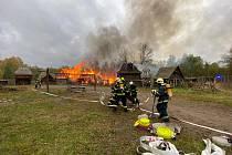 Hasiči zasahují při požáru skanzenu Řepora 13. 10. 2020.