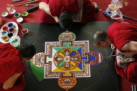 Tibetští mniši tvoří pískovou mandalu na Novoměstské radnici.
