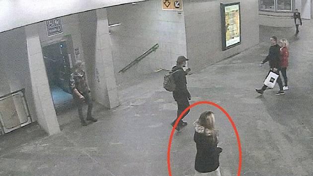 GIBS pátrá po svědcích střelby policisty na zloděje v Horních Počernicích. Na místě činu měla být i na tato blondýna.
