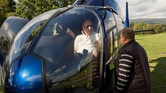 Při vystupování z vrtulníku si Michal David nešťastně zlomil kotník