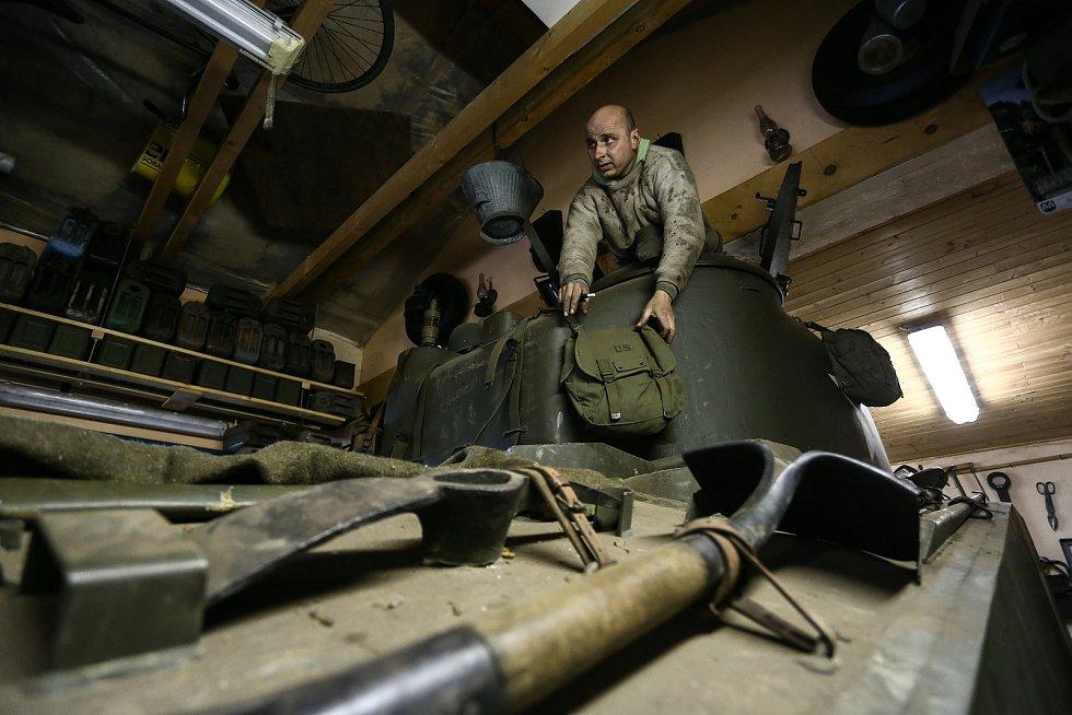 """Tankový mechanik Jan """"Jelly"""" Šulc ve věži Shermana. Do přehlídky v Plzni ho čeká ještě plno práce."""