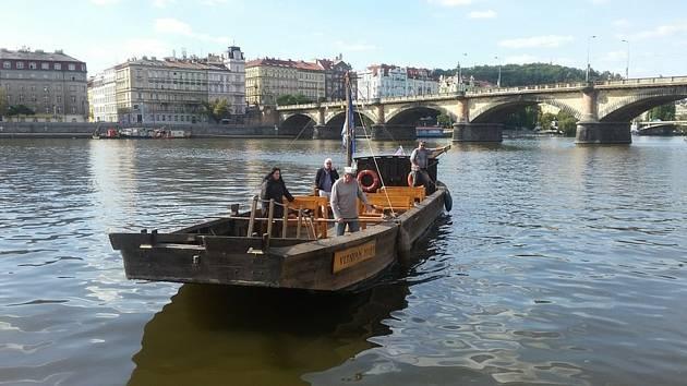 Historický šíf na Vltavě v Praze.