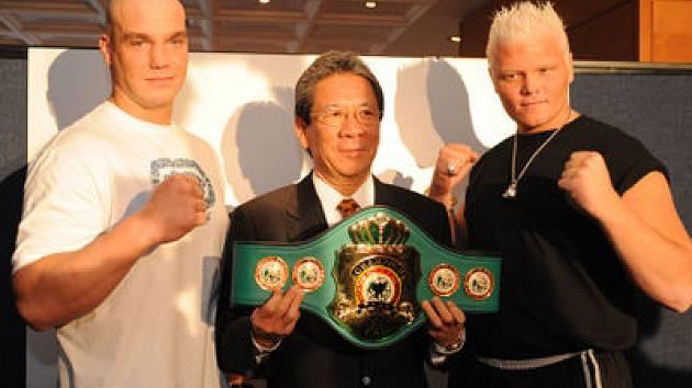 SOUPEŘI. Ondřej Pála a Harry Duiven se v boxerském ringu poperou o pás interkontinentálního šampiona organizace WBA.