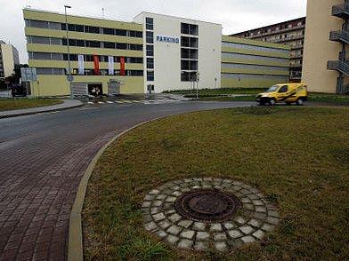 1432 AUT. Tolik pojme největší soukromý parkovací dům v Praze, pomoci by měl nedaleké O2 Aréně.