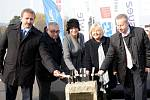 Základní kámen Nové vodní linky pražské Ústřední čistírny odpadních vod na Císařském ostrově ve středu 4. listopadu 2015 položili primátorka Adriana Krnáčová, radní Jana Plamínková a zástupci zhotovitelů. Samotná výstavba začala už 10. října.