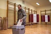 Voliči volili 5. října během prvního dne voleb do zastupitelstev obcí a senátních voleb v Praze. ZŠ Strossmayerovo náměstí.