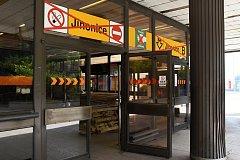 Uzavřená stanice metra Jinonice na žluté lince B, jak ji nyní mohou zahlédnout cestující – soupravy pouze projíždějí.