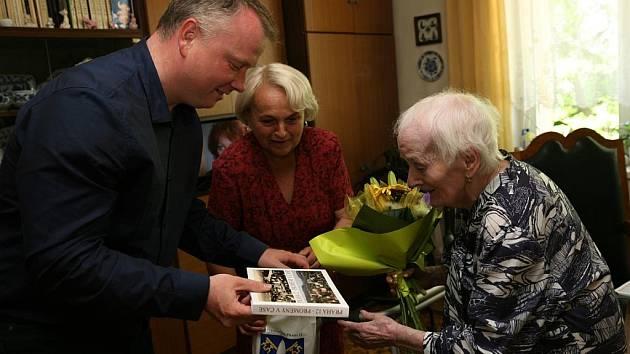 Stoleté oslavenkyni Marii Klepsové pogratuloval i místostarosta Prahy 12 Robert Králíček.