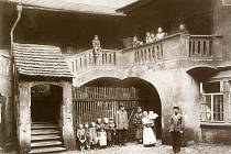 Museli se odstěhovat. Asanace zasáhla stovky rodin, které se musely na několik let odstěhovat, zatímco město bouralo jejich domovy. Postupně se mohly vracet, ale mnohé se rozhodly zkusit své štěstí jinde.