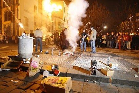 Velkolepá show, ale také desítky popálených od raket, v takovém duchu většinou probíhají silvestrovské oslavy.
