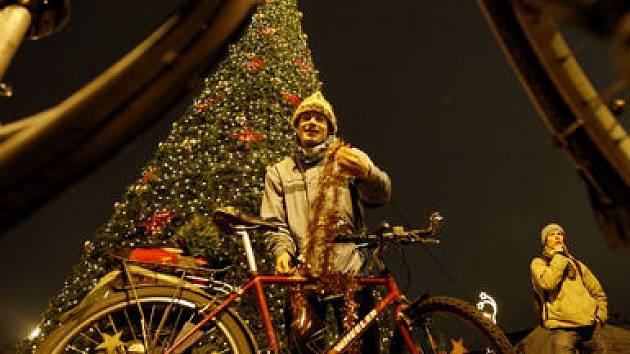 Poslední letošní cyklojízda, tentokrát s vánoční nádechem, začala 18. prosince na pražském náměstí Jiřího z Poděbrad.