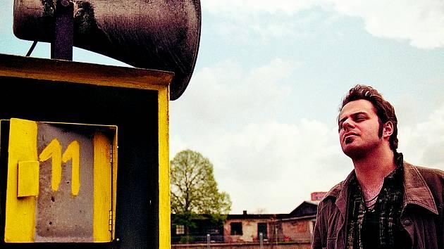 SLYŠTE, SLYŠTE! Debutové album Xindla X Návod ke čtení mauálu vyjde 2. října u Good Day Records ve spolupráci s Championship Records. Téhož dne bude pokřtěno v pražském klubu Abaton dalším oblíbeným folk–blues–hiphoperem Xavierem Baumaxou.