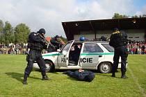 Děti byly svědky nahraného energického zadržení dvojice pachatelů po zuby ozbrojenými policisty zásahovky.