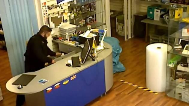 Muž podezřelý z krádeže v servisu elektroniky.