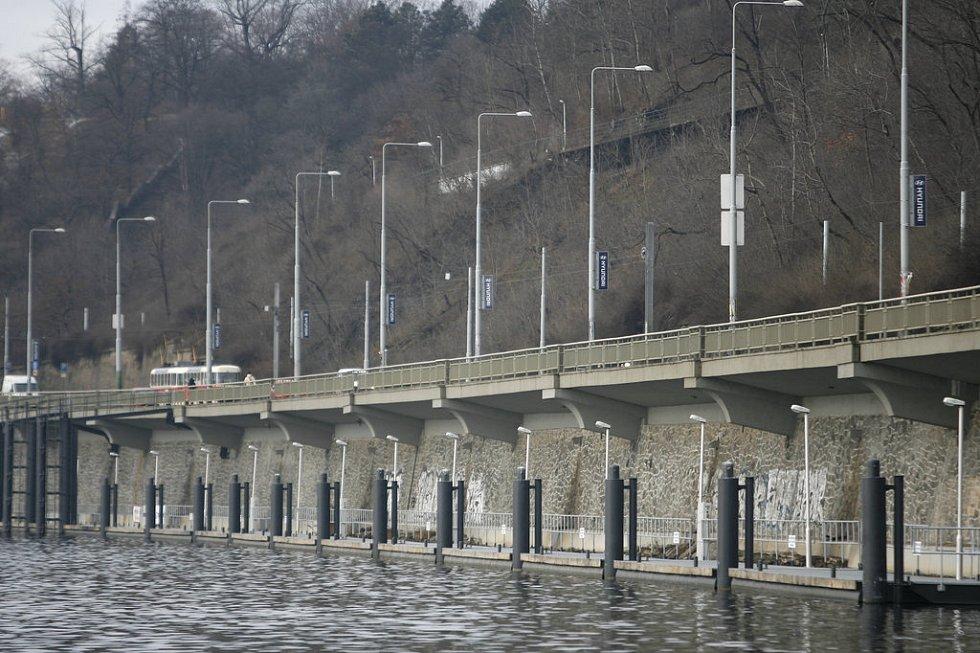 Nové kotviště pro patnáct lodí na nábřeží Edvarda Beneše.
