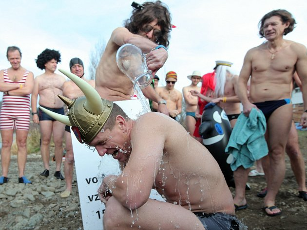 Křest otužilců, při níž jsou pokřtěni ze džbánu vltavskou vodou s ledem a přijati za právoplatné otužilce. Pláž u loděnice Slavoje 15. prosince.