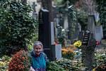 Lidé si připomínají svátek zemřelých, Dušičky, na pražských Olšanských hřbitovech.
