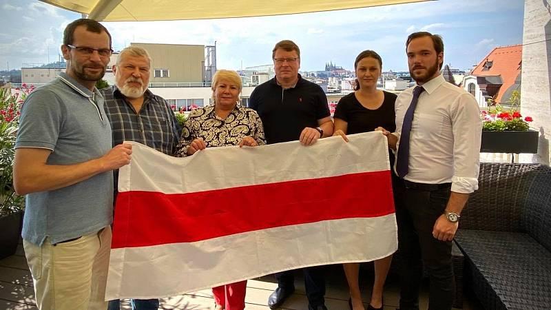 Solidaritu s demonstranty proti běloruskému prezidentovi Alexandru Lukašenkovi vyjádřila i radnice Prahy 1.