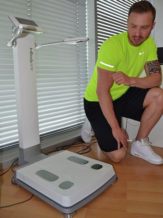 Lukáš Kverka, manažer fitness centra v Aquapalace Praha v Čestlicích, u přístroje InBody 370.