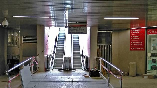 Eskalátory u metra Veleslavín.