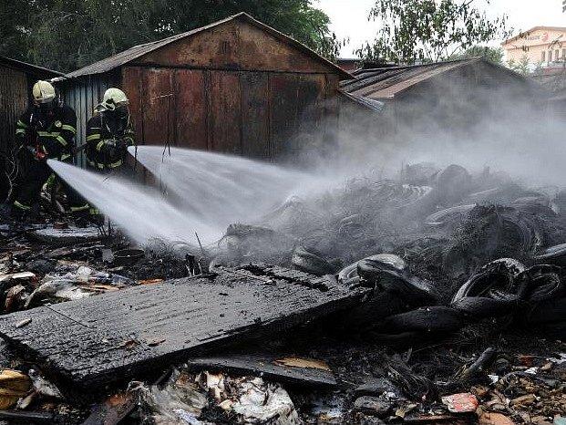 Plameny na ploše zhruba 10×5 metrů se podařilo zlikvidovat pomocí tří vodních proudů; v počáteční fázi zásahu bylo třeba použít i dýchací techniku.